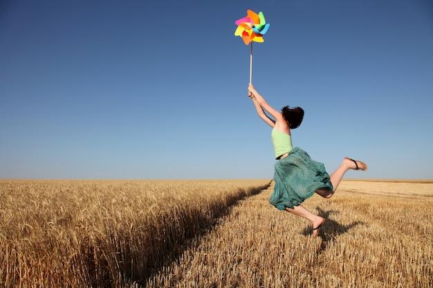 Девушка с вертушки на поле округа