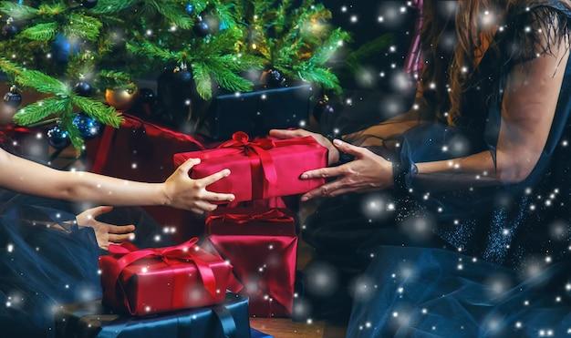 クリスマスの夜にプレゼントを持っている女の子。セレクティブフォーカス。ホリデー。