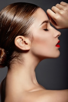 붉은 입술 포즈와 소녀