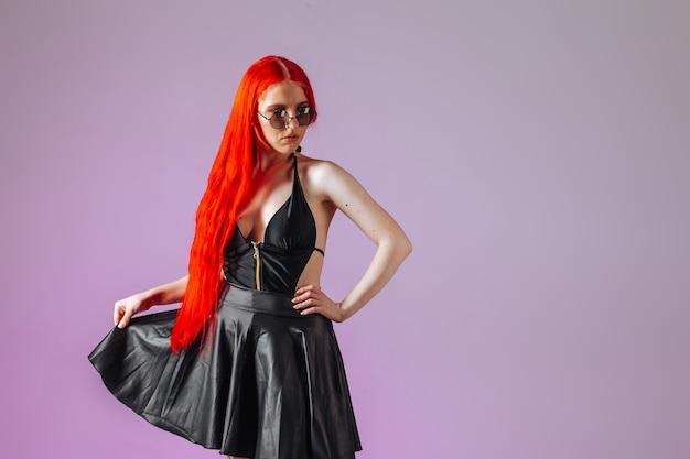분홍색 배경에 둥근 안경 가죽 치마에 붉은 긴 머리를 가진 소녀