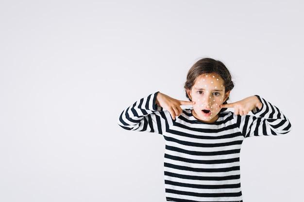 Девушка с пик, указывающая на лицо