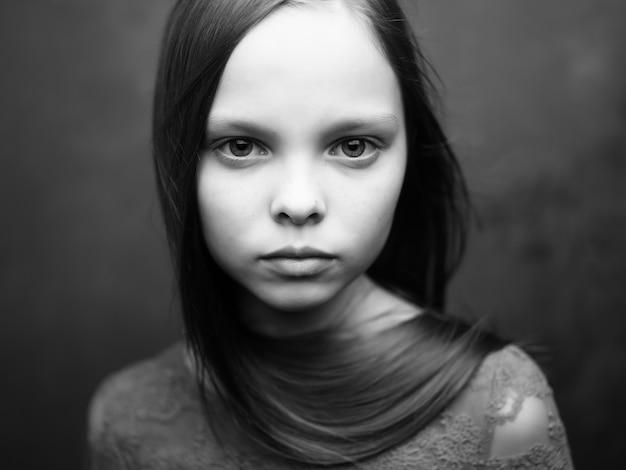 슬픈 표정 근접 촬영 자른 보기를 가진 소녀