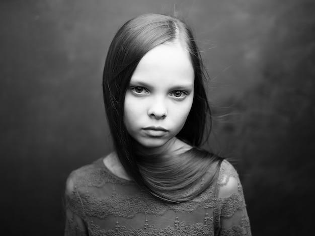 슬픈 표정의 소녀는 스튜디오를 닫습니다. 고품질 사진