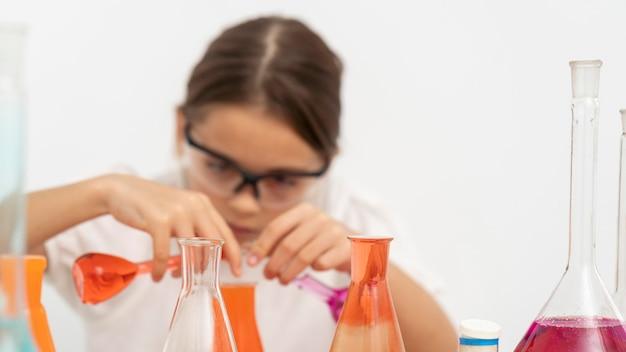 化学実験をしている安全メガネの女の子