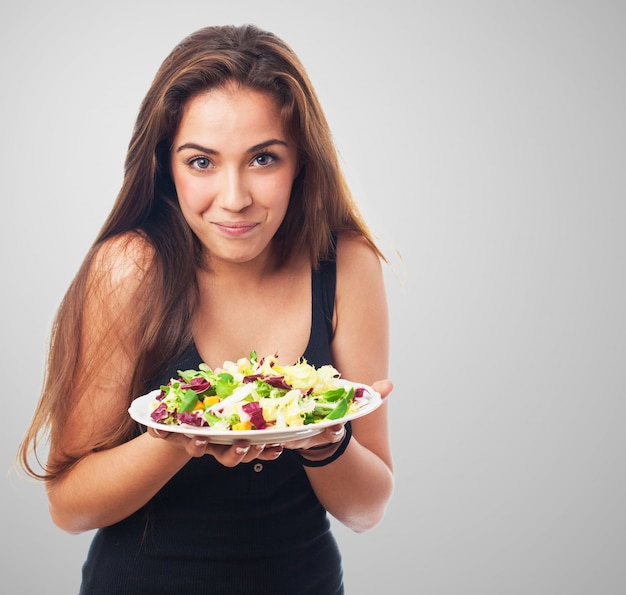 Ragazza con un'insalata