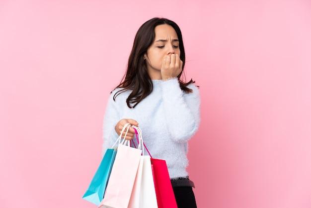 Девушка с хозяйственными сумками на изолированном фоне
