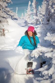 스노우 보드 겨울 스키 리조트와 소녀