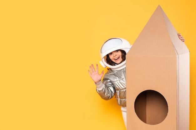 Девушка с космическим костюмом машет рукой