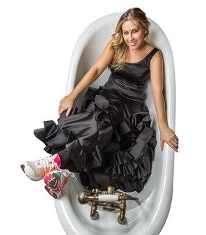 Девушка в испанском платье фламенко и кроссовках
