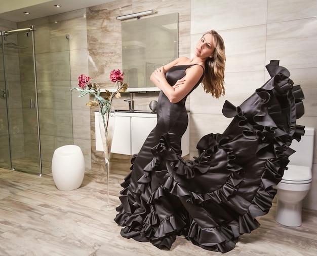 Девушка в испанском платье фламенко в ванной комнате