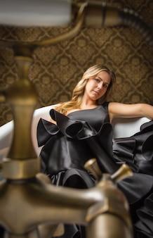 Девушка в испанском платье фламенко в ванной