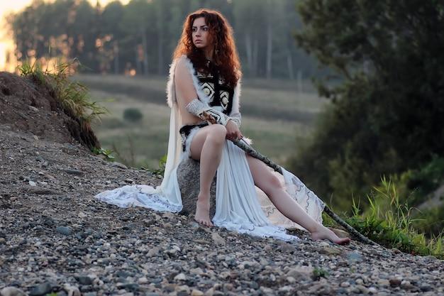 川で槍を持つ少女