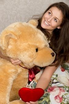 Девушка с фаршированным сердцем и медведем