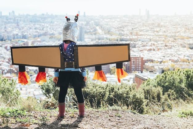 Девушка в костюме супергероя смотрит на городской пейзаж