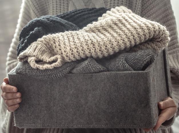 Девушка с свитерами