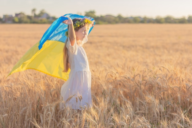 Девушка с национальным украинским флагом в расфокусе.