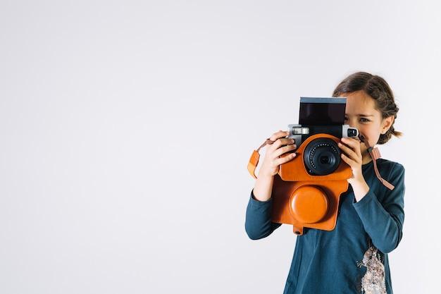 女の子、おもちゃカメラ付き