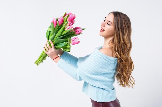 Девушка с тюльпанами на белом
