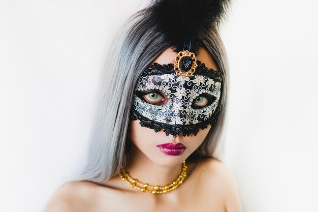 Девушка с белыми волосами с венецианские маски