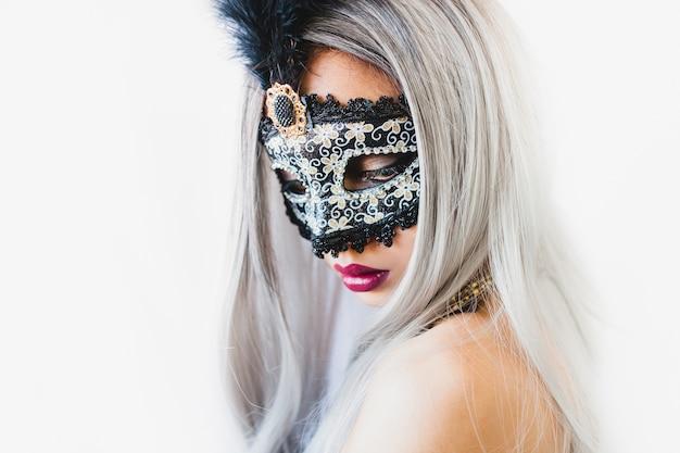 베네 치안 마스크와 흰 머리를 가진 여자
