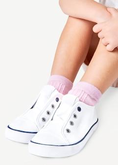 Ragazza con scarpe da ginnastica bianche