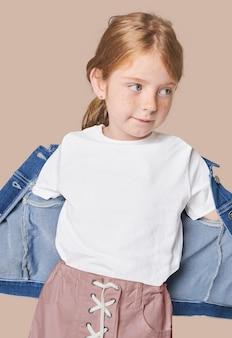 Ragazza con maglietta bianca e giacca di jeans
