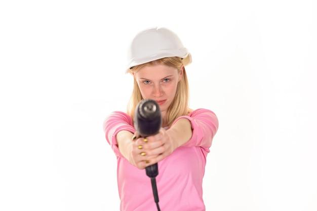 하드 모자 홀드 드릴 심각한 여성 빌더와 플랫 리모델링 여성 빌더에서 일하는 소녀