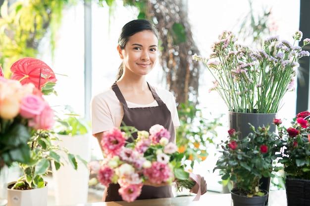 Девушка работает в цветочном магазине