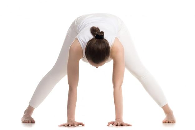 바닥에 손을 운동 소녀