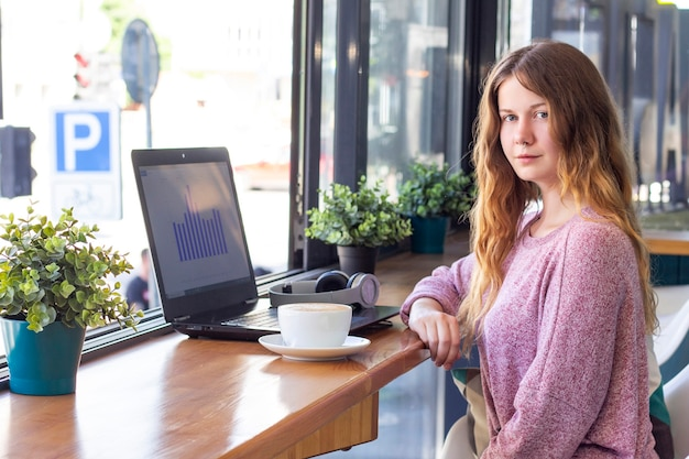 Девушка работает за ноутбуком. удаленная работа, онлайн