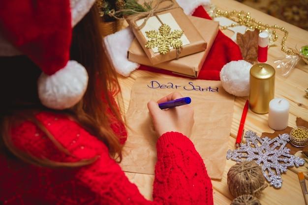 Девушка пишет письмо деду морозу