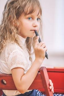 소녀는 학교에서 욕망에 편지를 씁니다.