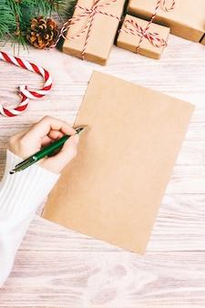 クリスマスの手紙の背景を書く女の子