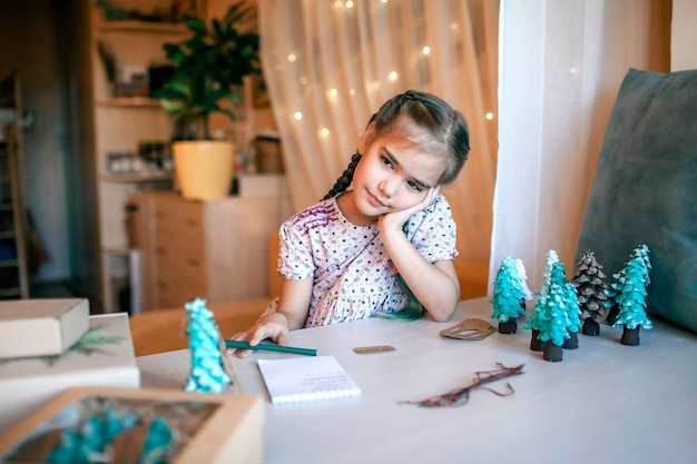 サンタクロースに手紙を書いている女の子