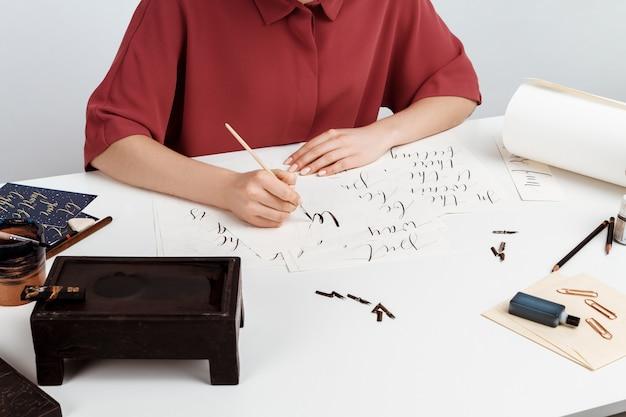 Девушка написание каллиграфии на открытках. арт дизайн. над.