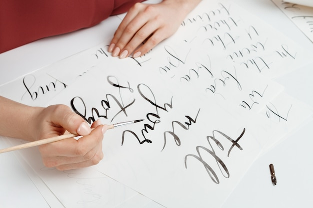 엽서에 서예를 쓰는 소녀. 예술 디자인. 위.