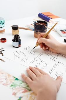 엽서에 서예를 쓰는 소녀. 예술 디자인.