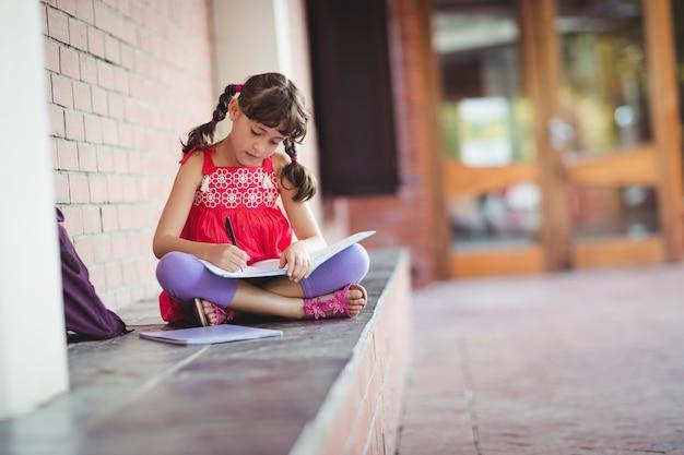 本を書いている女の子