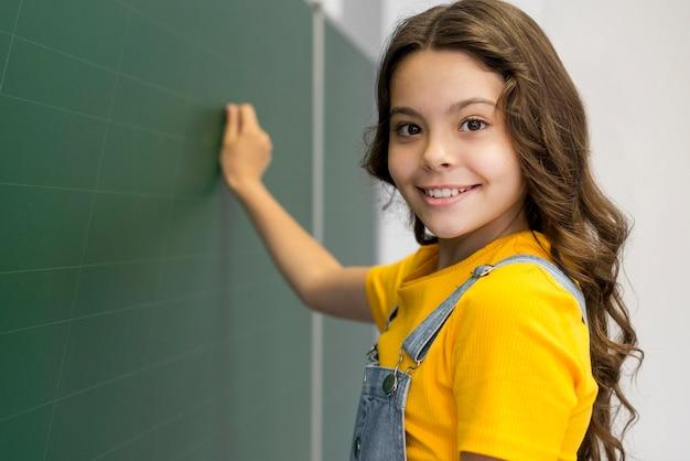 黒板に書いている女の子