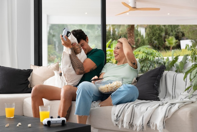 家で一緒にビデオゲームをしているガールフレンドとボーイフレンド