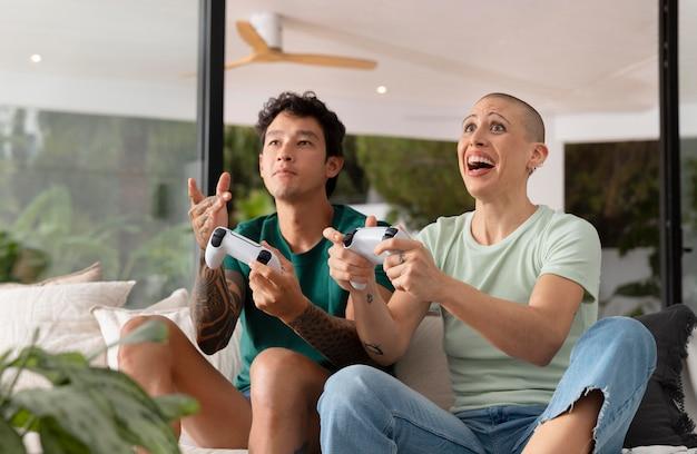 Fidanzata e fidanzato che giocano insieme ai videogiochi a casa