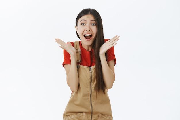 Подруга, получившая потрясающий сюрприз, радостно и радостно задыхаясь от восторга, жестикулирует с поднятыми ладонями