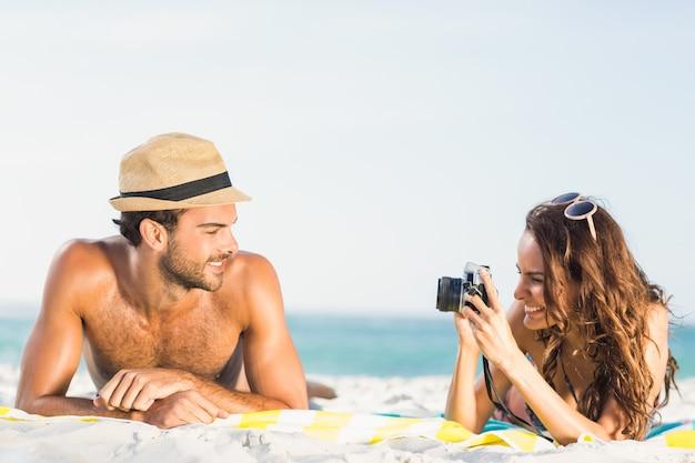 彼氏の写真を撮るガールフレンド
