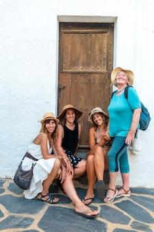 여자 친구와 휴가를 즐기는 여름에 늙은 여자. 어머니와 친구가 지중해 휴가에 앉아 웃고 있는 두 자매. 스페인