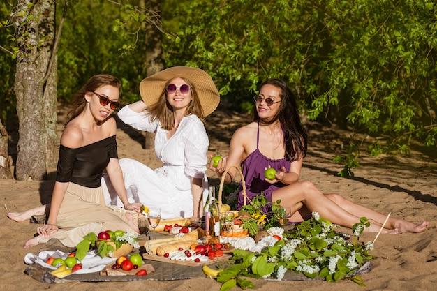ガールフレンドは夏にピクニックで祝う
