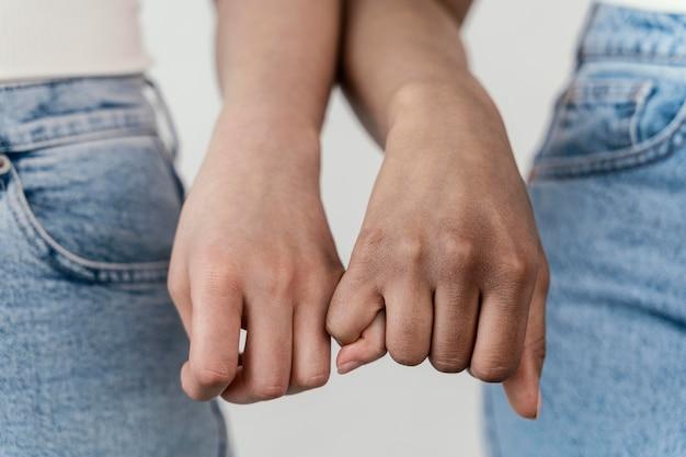 手をつないでいるガールフレンドがクローズアップ