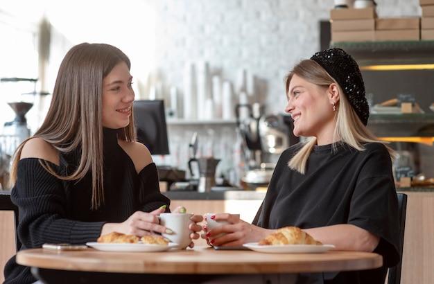 함께 시간을 보내고 커피를 즐기는 여자 친구