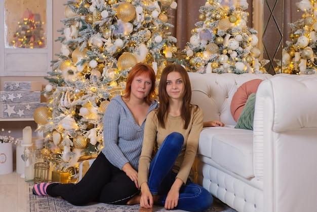 木のそばで一緒にクリスマスにガールフレンド