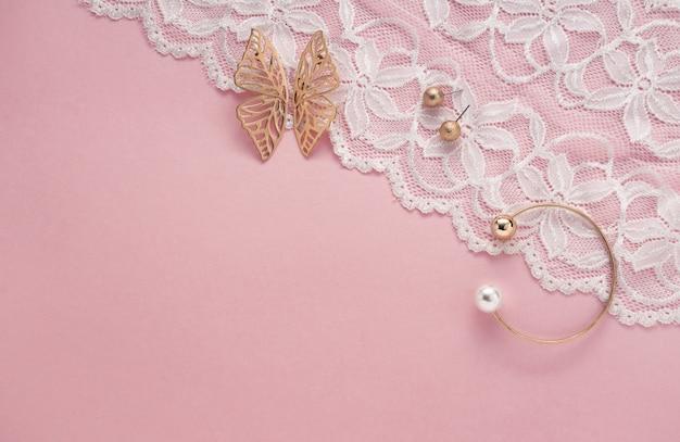 Аксессуары для девочек на белом и розовом с копией пространства плоской планировки