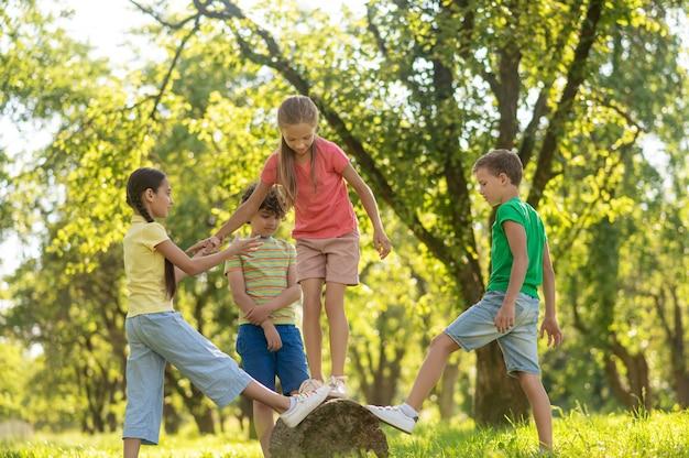 Девочки и мальчики проводят свободное время в парке